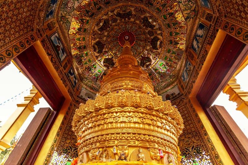 Gouden Stupa binnen Pagode die mooie decoratie in Sawang Boon Temple in Saraburi Thailand heeft stock afbeelding