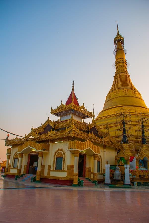 Gouden stupa Kyaik Tan Lan De Oude Moulmein-pagode Mawlamyine, Myanmar birma royalty-vrije stock fotografie