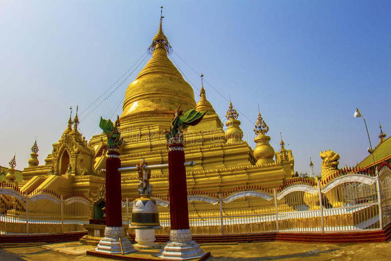 Gouden stupa in Mandalay stock foto