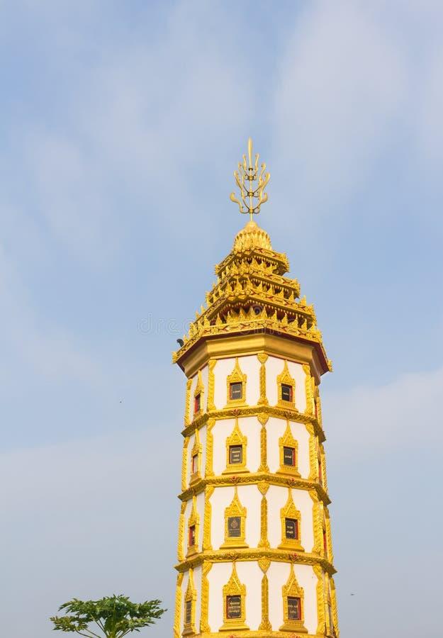 Gouden stupa met hemelachtergrond royalty-vrije stock fotografie