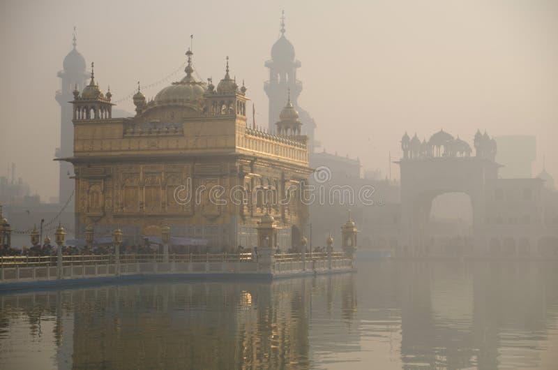 Gouden tempel bij dageraad royalty-vrije stock foto's