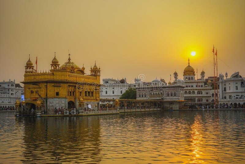 Gouden tempel bij zonsondergang Amritsar, India stock foto's