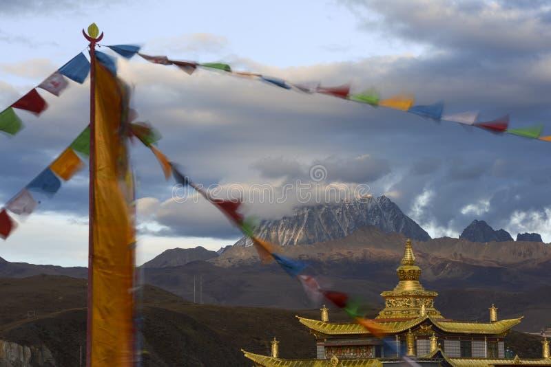Gouden tempel met yala jokul stock foto's