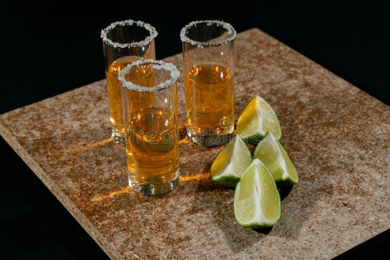 Gouden tequila met citroen en zout Dranken, Alcoholische drank royalty-vrije stock afbeelding