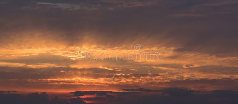 Gouden tint op wolken stock afbeelding