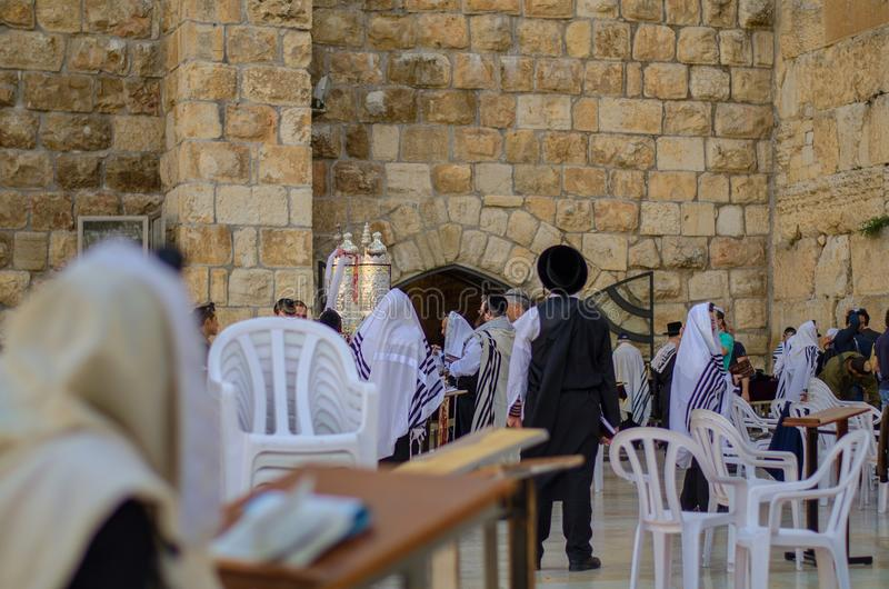 Gouden Torah-Rolcontainer bij de Westelijke Muur stock foto's