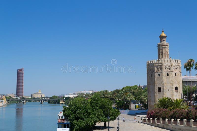 Gouden toren door Guadalquivir stock foto