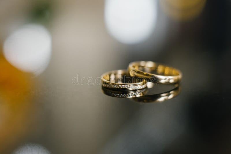 Gouden trouwringen bij het huwelijk, de de diamantring van de bruid stock afbeelding