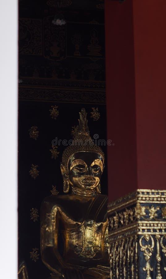 Gouden van het het standbeeldgezicht van kleurenboedha de portrettenmening in tempel van noordelijk THAILAND stock foto