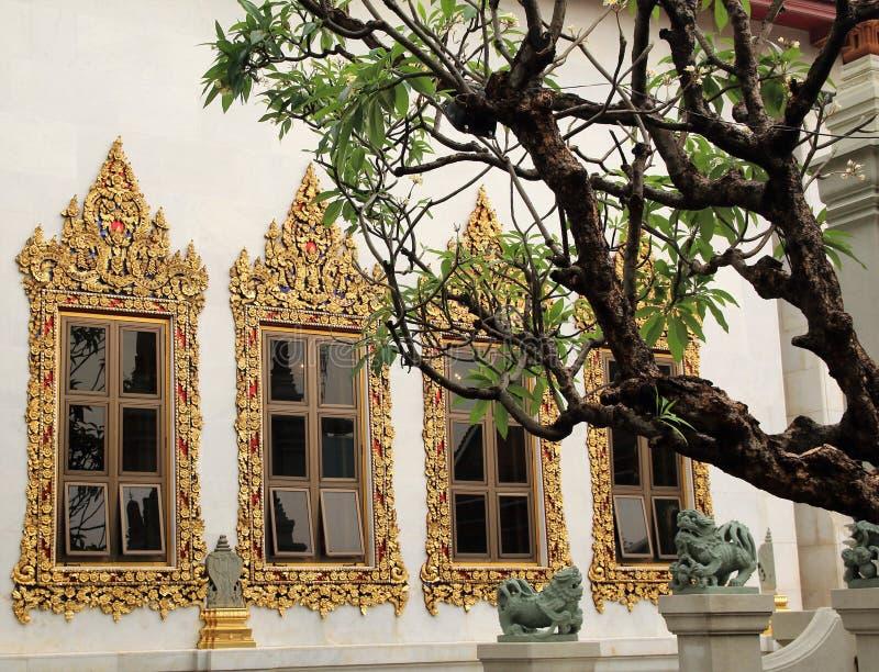 Gouden verfraaide vensters in een Boeddhistische tempel in Bangkok royalty-vrije stock fotografie