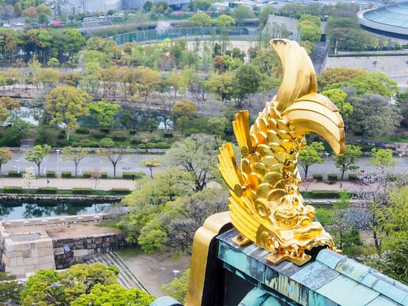 Gouden vissenbeeldhouwwerk bij het kasteel van Osaka, Osaka Japan 3 stock foto