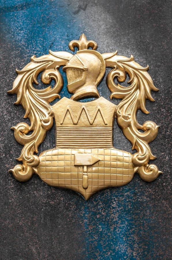 Download Gouden Wapens Met Ridderbeeld Op Granietmuur. Stock Foto - Afbeelding bestaande uit facade, architectuur: 29503096