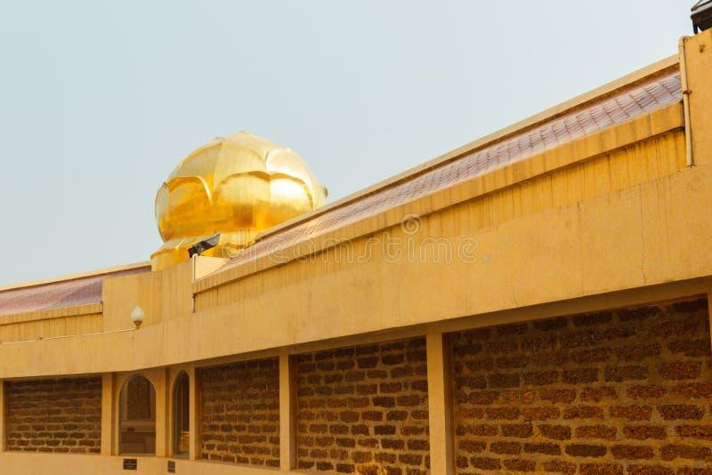 Gouden waterlelie die op tempeldak verfraaien royalty-vrije stock foto