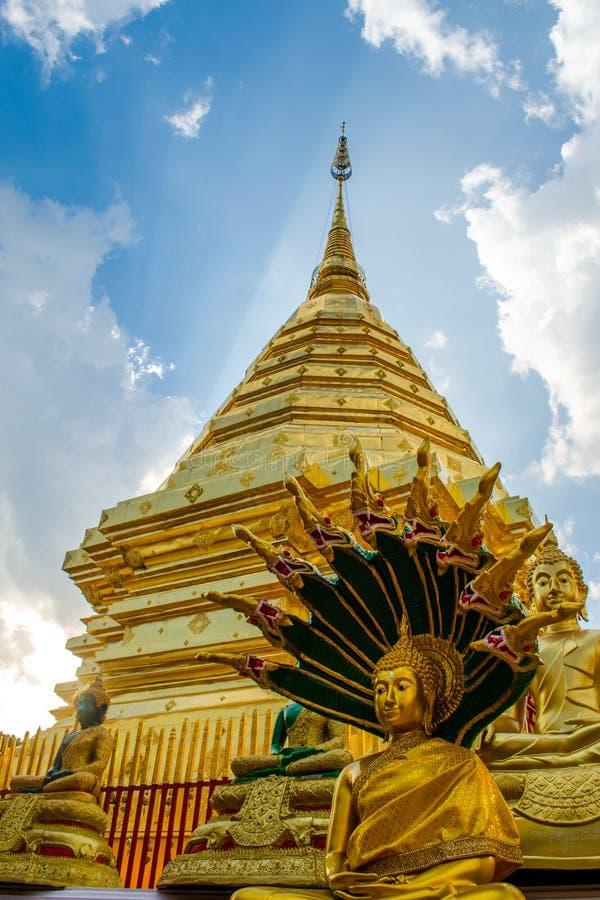 Gouden zet Wat Phra That Doi Suthep op stock afbeeldingen
