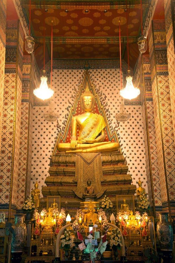 Gouden zitting Hoofdboedha in Wihan Luang in hoofdprang ofWat Arun Ratchawararam Ratworamahawihan Temple van Dawn royalty-vrije stock foto