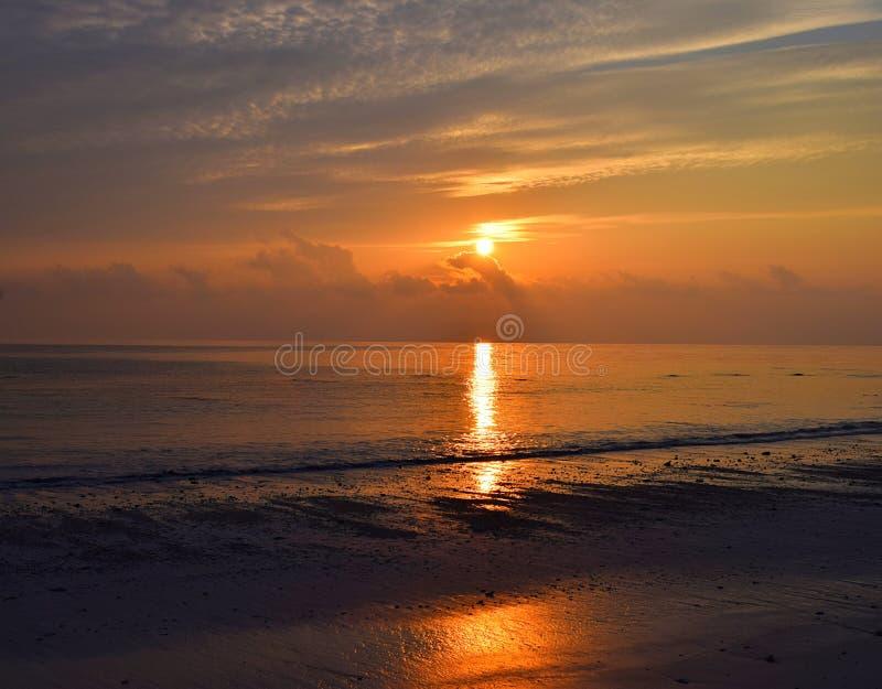 Gouden Zon die bij Horizon met Bezinning in Zeewater met Kleuren in Hemel toenemen - Kalapathar-Strand, Havelock-Eiland, Andaman, royalty-vrije stock foto