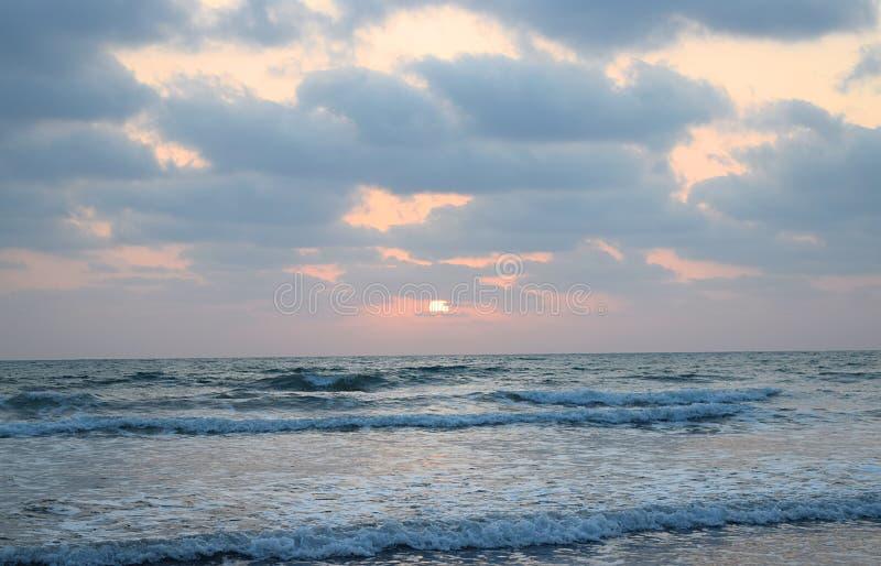 Gouden Zon onder Wolken over Oneindige Oceaan - Natuurlijk Zonsondergangbehang royalty-vrije stock fotografie