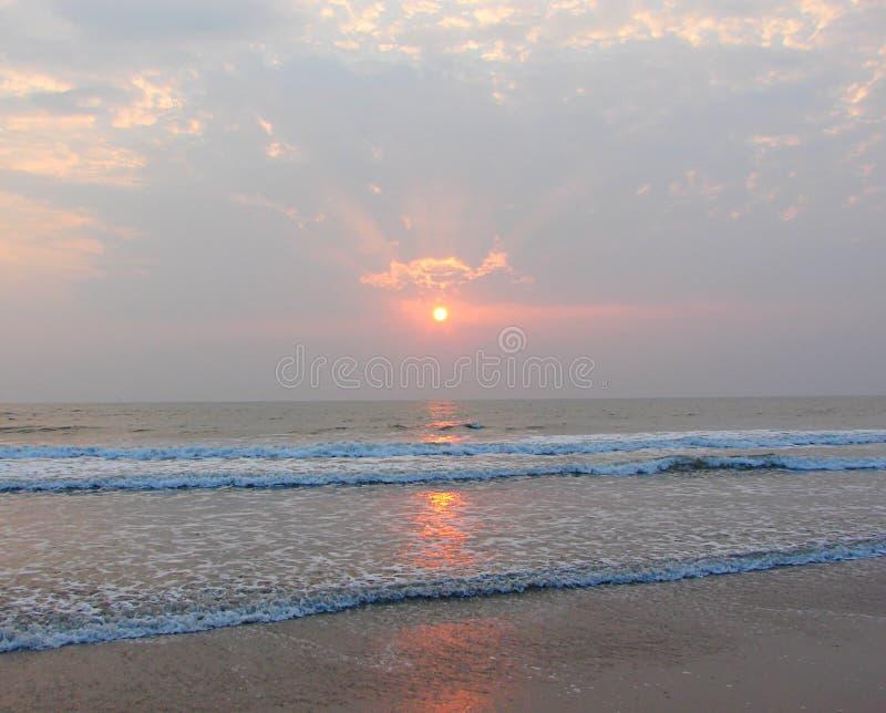 Gouden Zon, Zonnestralen door Wolken en Bezinning in Zeewater - Payyambalam-Strand, Kannur, Kerala, India stock afbeelding