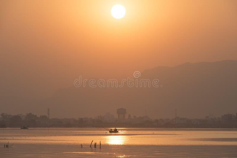 Gouden zonsondergang bij Ana Sagar-meer in Ajmer, India met silhouetten royalty-vrije stock fotografie