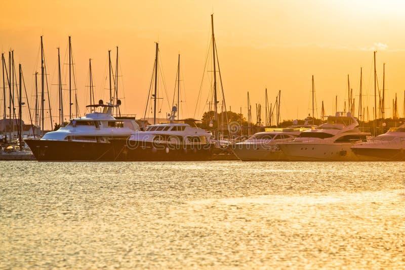 Gouden zonsondergang bij jachtclub stock afbeeldingen