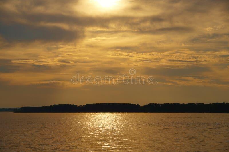 Gouden zonsondergang boven de rivier Volga stock afbeelding
