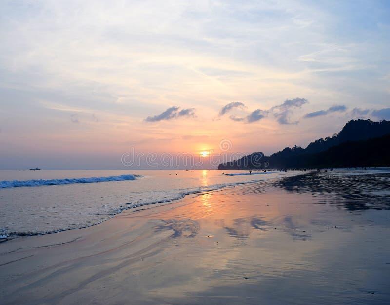 Gouden Zonsondergang met Bezinning in Zeewater bij Radhanagar-Strand, Havelock-Eiland, Andaman, India stock fotografie