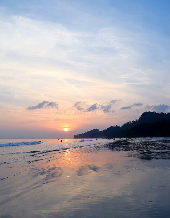 Gouden Zonsondergang met Bezinning in Zeewater met Blauwe Hemel bij Radhanagar-Strand, Havelock-Eiland, Andaman, India royalty-vrije stock afbeeldingen