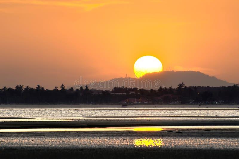 Gouden Zonsondergang met de helft van de zon achter de heuvel royalty-vrije stock foto's