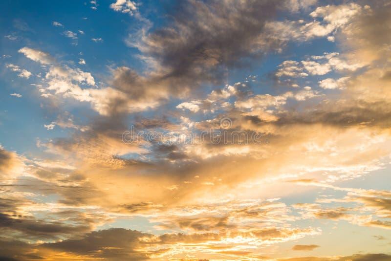 Gouden zonsondergang met dramatische cloudscapevorming royalty-vrije stock afbeelding
