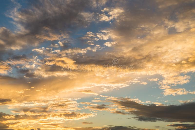 Gouden zonsondergang met dramatische cloudscapevorming royalty-vrije stock afbeeldingen
