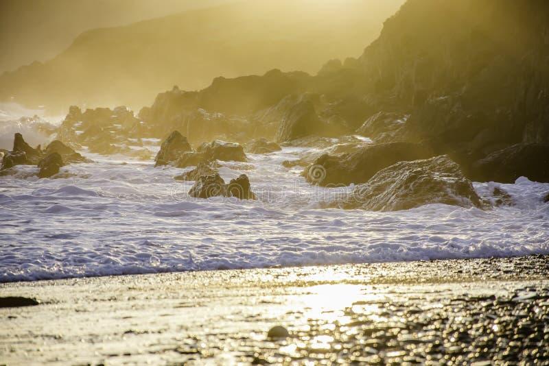 Gouden zonsondergang op Brits strand royalty-vrije stock fotografie
