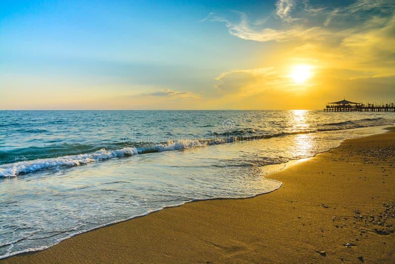 Gouden zonsondergang op het strand royalty-vrije stock foto