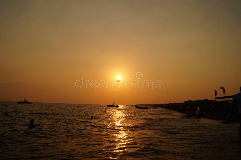 Gouden zonsondergang over de Middellandse Zee stock fotografie