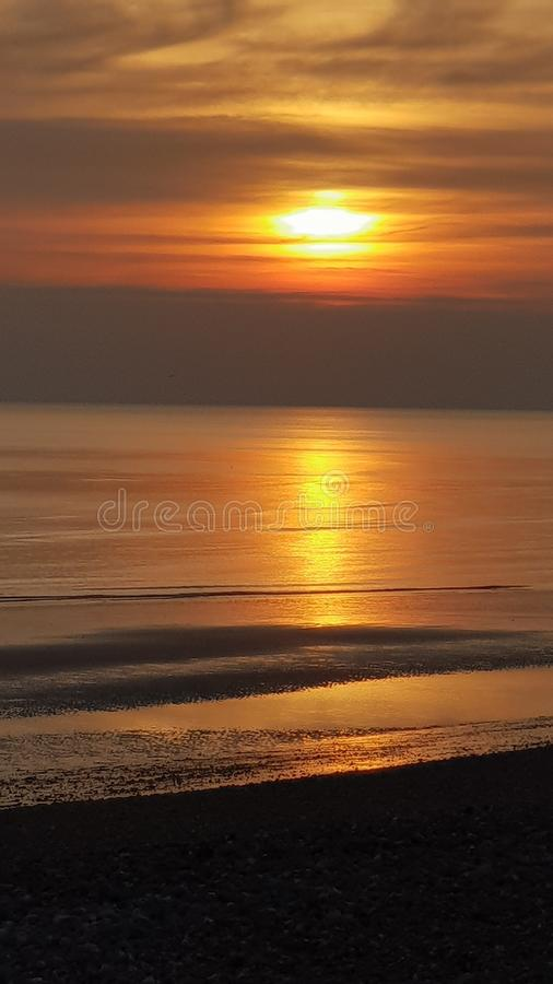 Gouden zonsondergang over een kalme overzees royalty-vrije stock foto's
