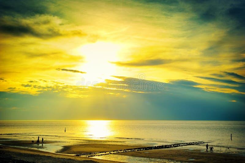 Gouden zonsondergang over Noordzee royalty-vrije stock fotografie