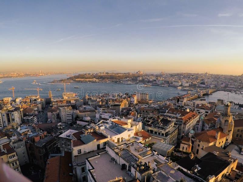Gouden zonsondergangmening aan de stad van Istanboel van Galata-toren stock foto's