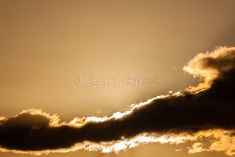 Gouden zonsondergangwolken met veel exemplaarruimte royalty-vrije stock foto's