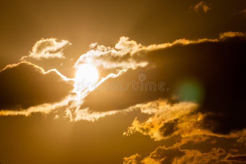 Gouden zonsondergangwolken, zon die door wolken gluren royalty-vrije stock fotografie
