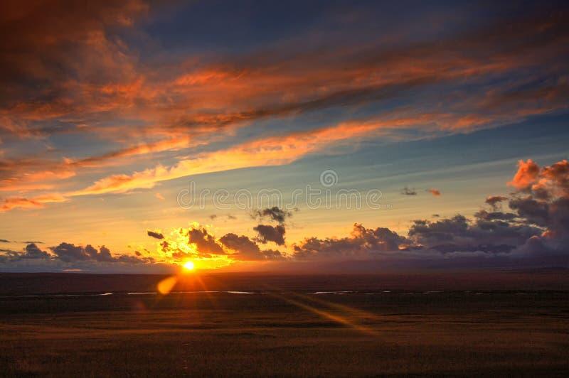Gouden zonsopgang met kleurrijke wolken, zon omhoog op horizon als zonsondergang stock afbeeldingen