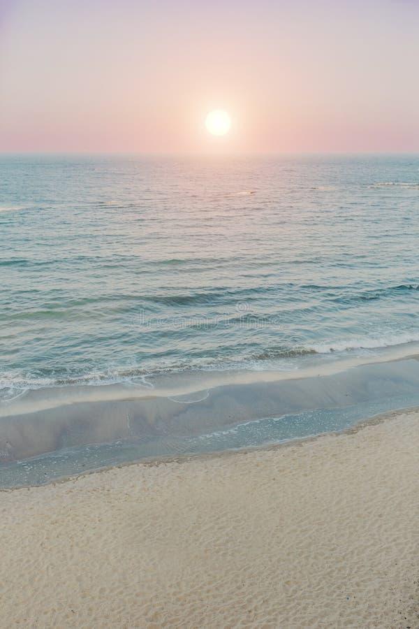 Gouden zonsopgangzonsondergang over de overzeese oceaangolven royalty-vrije stock fotografie