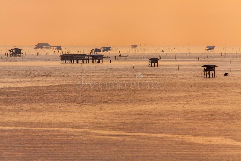 Gouden zonsopgangzonsondergang over de overzeese oceaangolven stock fotografie