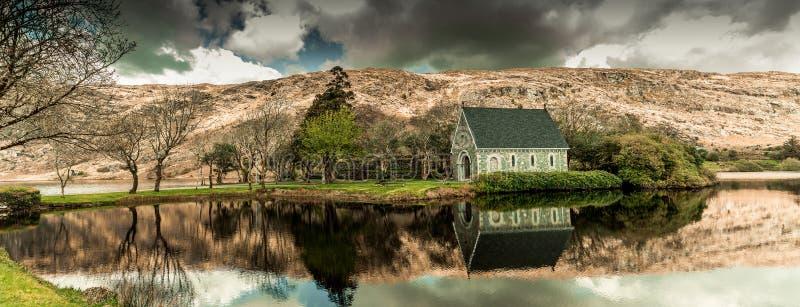 Gouganebarra sjö och för Finbarr för helgon för flodlä förutom kapellet för talarkonst ` s i ståndsmässig kork, Irland arkivfoto
