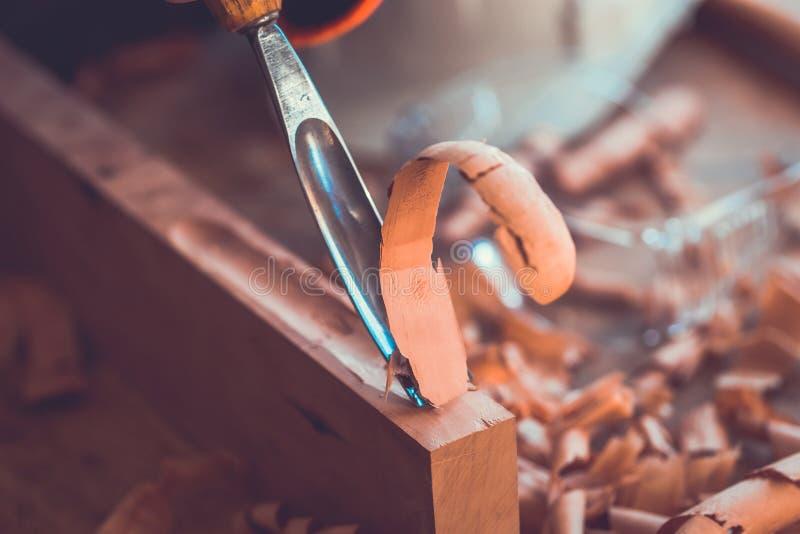 Gouge de plan rapproché pour le bois sur l'établi de charpentier photographie stock