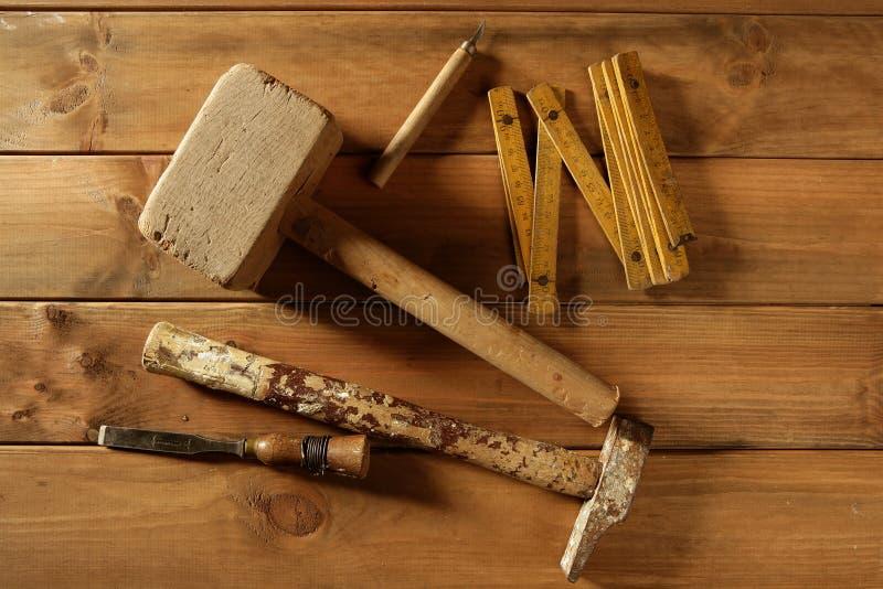 Gouge en bois d'avion de bande de marteau de scie d'outils de charpentier photographie stock