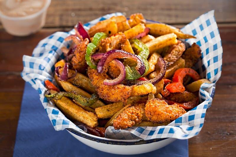 Goujons del pollo con le fritture e le verdure sautéed e fritte fotografie stock libere da diritti