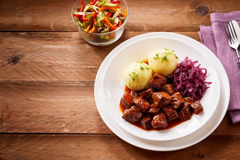 Goulache et boulettes allemandes traditionnelles photos stock