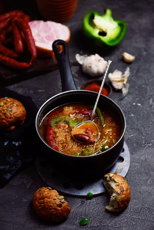 Goulash σούπα με τα καπνισμένα λουκάνικα στοκ εικόνες με δικαίωμα ελεύθερης χρήσης