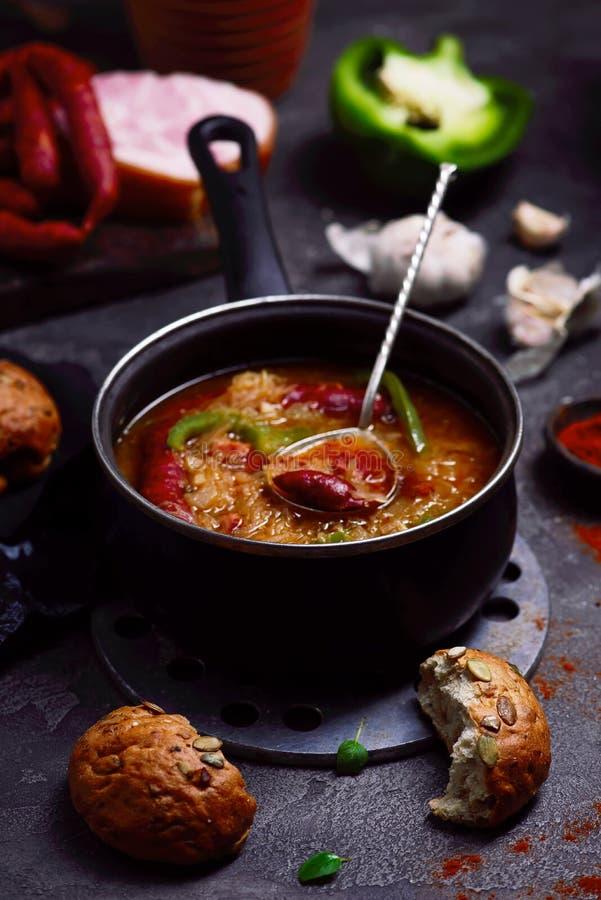 Goulash σούπα με τα καπνισμένα λουκάνικα στοκ φωτογραφία με δικαίωμα ελεύθερης χρήσης