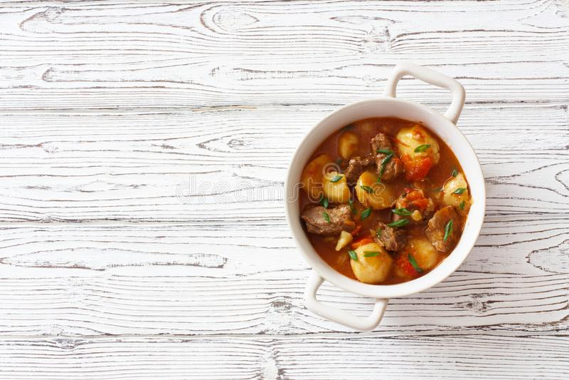 Goulash βόειου κρέατος με τις πατάτες, τα καρότα και τα μανιτάρια στοκ εικόνες με δικαίωμα ελεύθερης χρήσης