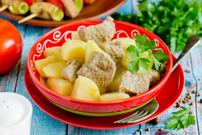 Goulash κρέατος πατατών, κρέας που μαγειρεύεται με τις πατάτες στοκ εικόνα με δικαίωμα ελεύθερης χρήσης